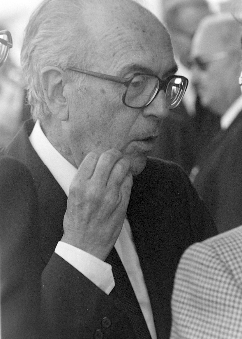 Domingos García-Sabell, cando era Delegado do Goberno central ,no aeroporto de Santiago, recibindo os restos de Castelao que chegaban de Arxentina en 1984. ©Xan Carballa/Fundación A Nosa Terra