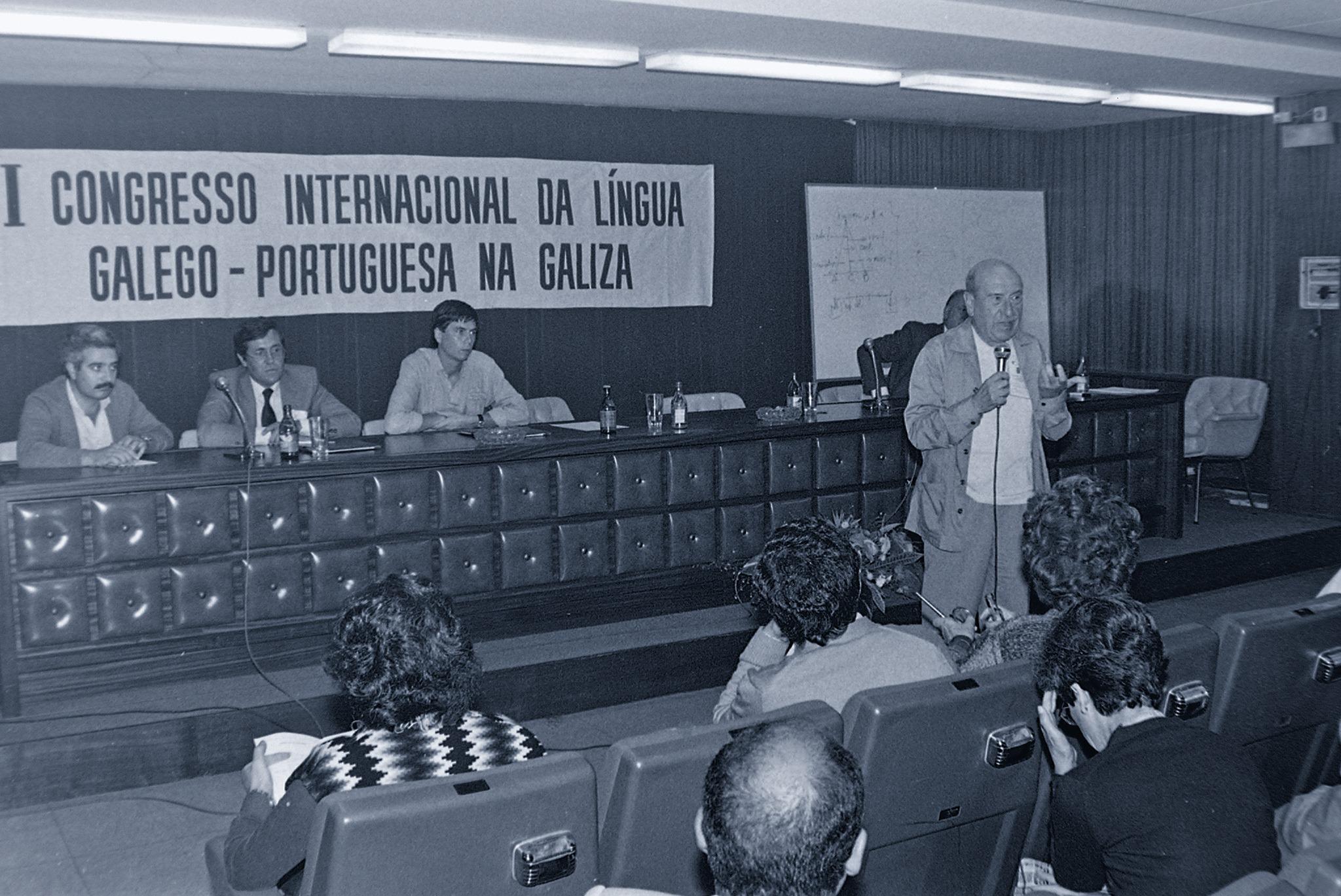 Carvalho en 1984, intervindo no I Congreso Internacional da Lingua Galego-Portuguesa na Galiza. ©Xan Carballa-Fundación A Nosa Terra
